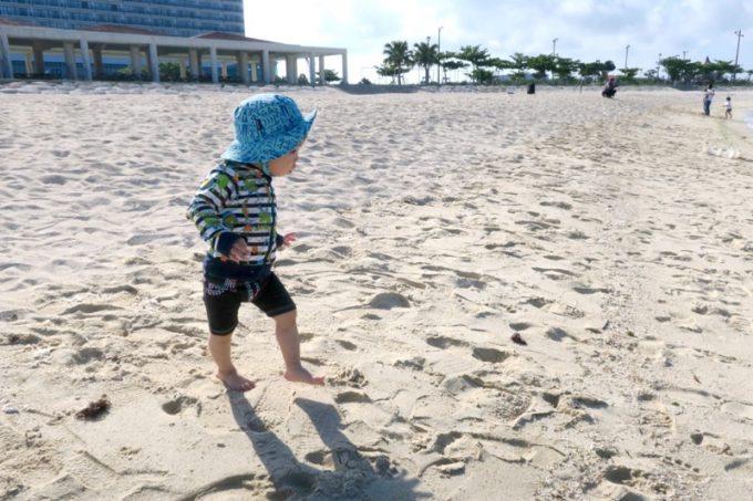 美々ビーチの砂浜で遊ぶお子サマー。