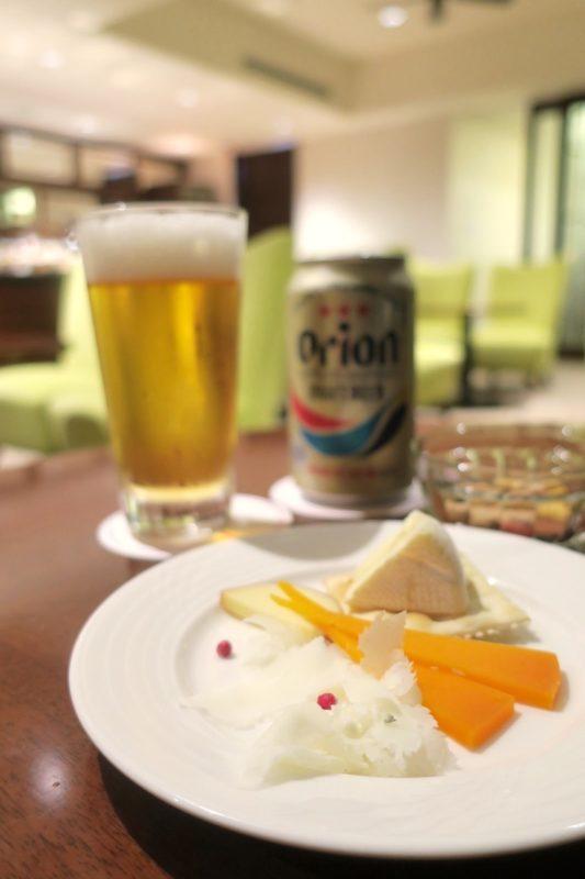 オリオンドラフトと、好みのチーズをいくつかつまんだ。