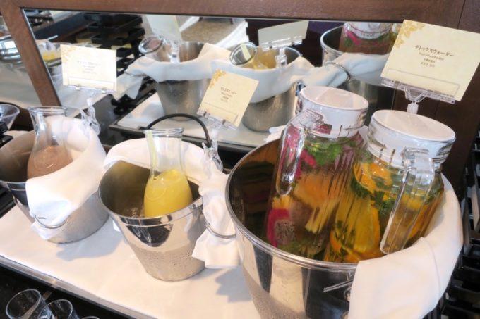 フルーツジュースやフルーツ入りのお水も。
