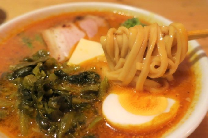 那覇・牧志「天神矢」の印度兎(カリーうさぎ、800円)の麺は平打ち麺。