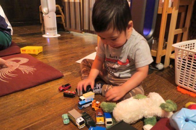 那覇・牧志「天神矢」でこども店長のおもちゃで遊ばせてもらうお子サマー。