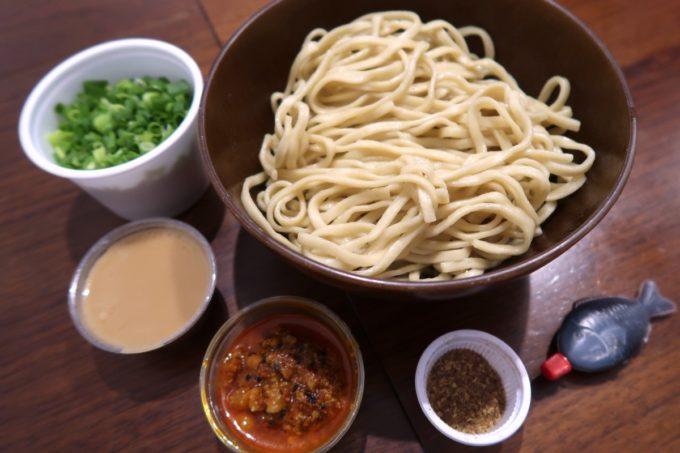 那覇・牧志「天神矢」広島式汁無し担担麺(大盛り、750円)の麺を茹でてスタンバイ