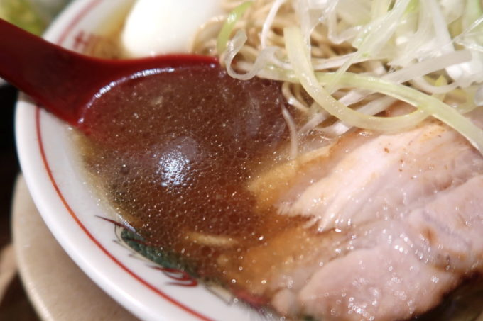 那覇市牧志「天神矢」マッハパンチラーメン(750円)のスープはどっしりとした動物系だった