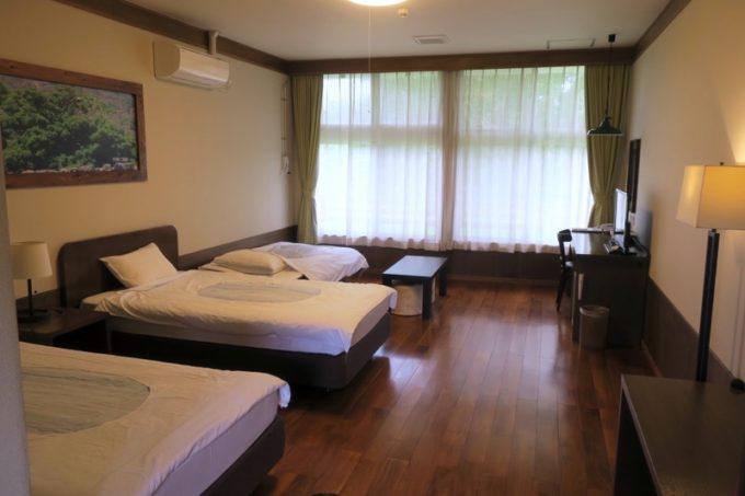 沖縄・今帰仁「あいあいファーム」のツインルームにエキストラベッドが入っている。