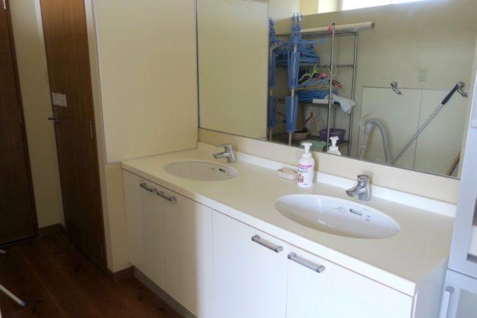 沖縄・今帰仁「あいあいファーム」の団体部屋の洗面所。