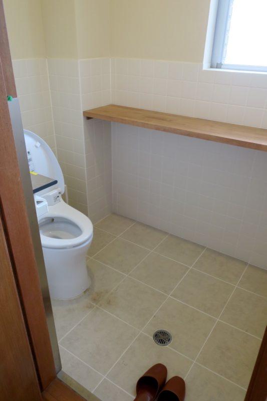 沖縄・今帰仁「あいあいファーム」の団体部屋のトイレ。