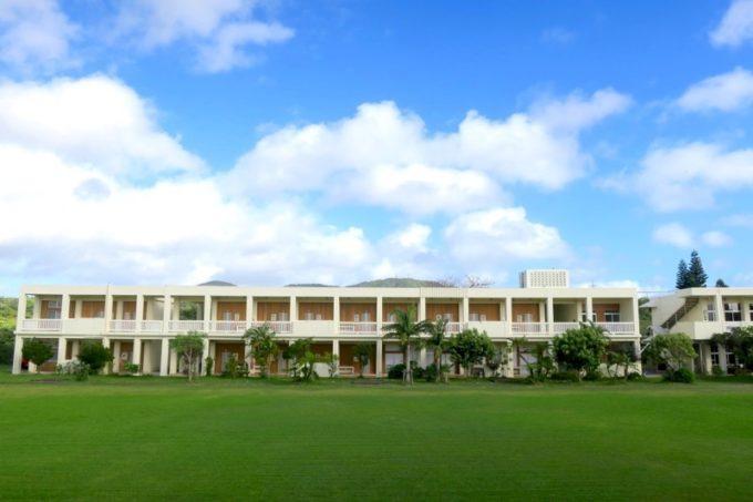 沖縄県今帰仁村「あいあいファーム」は2011年に廃校になった小学校を再利用した宿泊施設だ。
