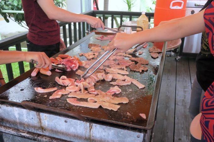 沖縄・今帰仁「あいあいファーム」に到着し、すぐに食べたランチのBBQ。