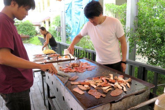沖縄・今帰仁「あいあいファーム」で積極的にお肉を焼いてくれたライターのヨッピー。