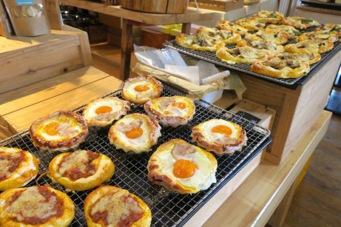 沖縄・今帰仁「あいあいファーム」直売所で売られている焼きたてパン。