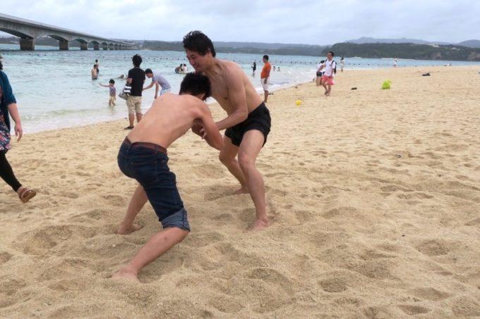 古宇利島のビーチで相撲を取り出すヨッピーたち。