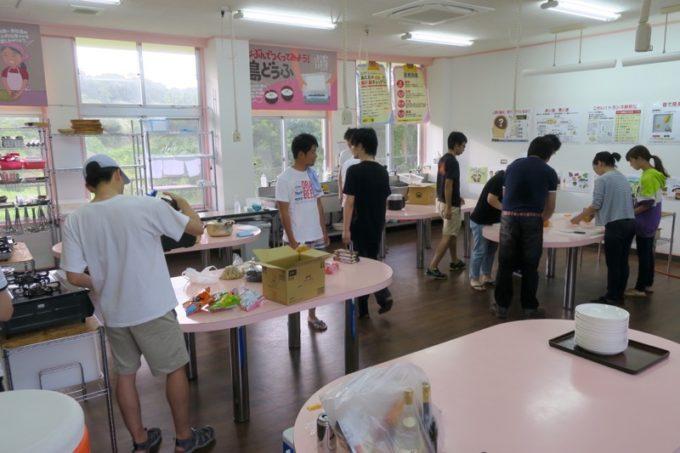 沖縄・今帰仁「あいあいファーム」の宿泊者たちとカレーを作り始める。