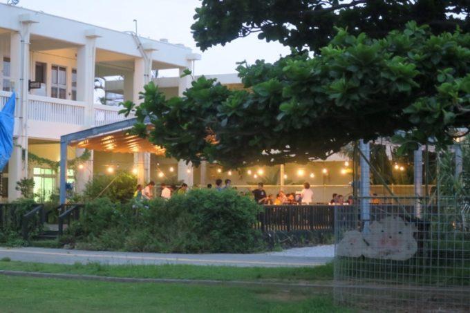 沖縄・今帰仁「あいあいファーム」のテラス席では中学生たちが合宿していた。