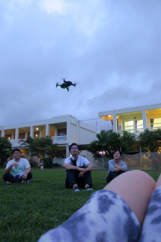 沖縄・今帰仁「あいあいファーム」のグラウンドでドローンを飛ばす。