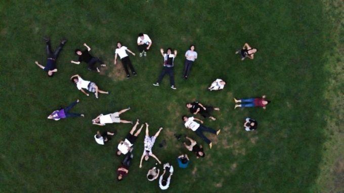 ドローンの真下にいるイベント参加者たち。