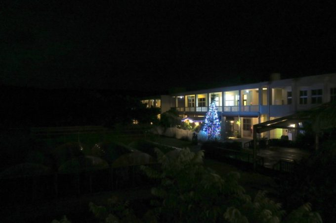 日帰り入浴から戻ってきたら、沖縄・今帰仁「あいあいファーム」はもっと真っ暗になっていた。