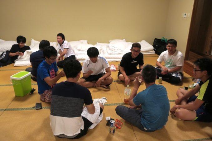 沖縄・今帰仁「あいあいファーム」の団体部屋で酒を飲み交わす参加者たち。