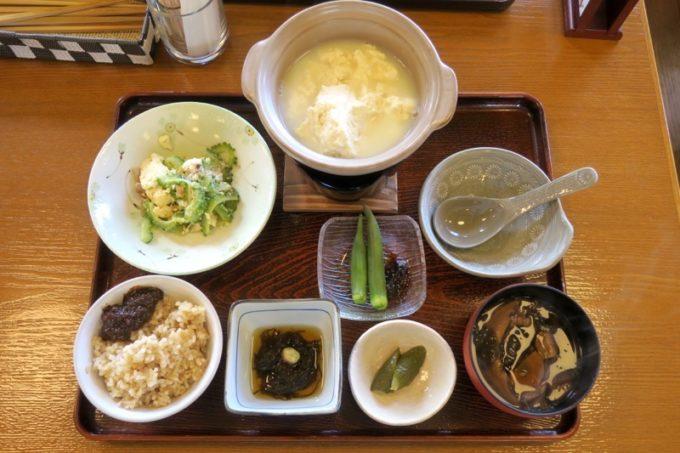 沖縄・今帰仁「あいあいファーム」の朝食は、手作りゆし豆腐御前だった。