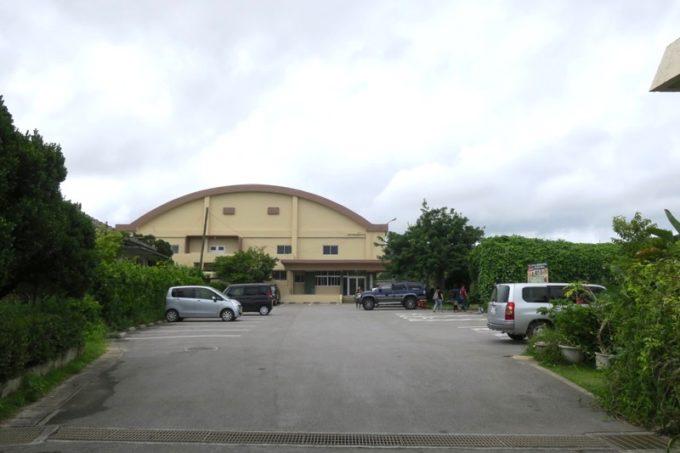 沖縄・今帰仁「あいあいファーム」の駐車場奥には、体育館があった。