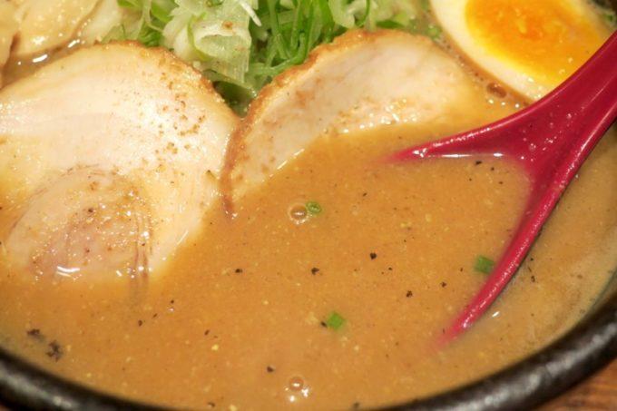 札幌・すすきの「倍煎舎」の濃厚味噌スープはしっかり、どっしり。