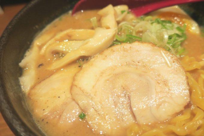 札幌・すすきの「倍煎舎」のトッピングはチャーシュー2枚、めんま、煮卵、ネギ。