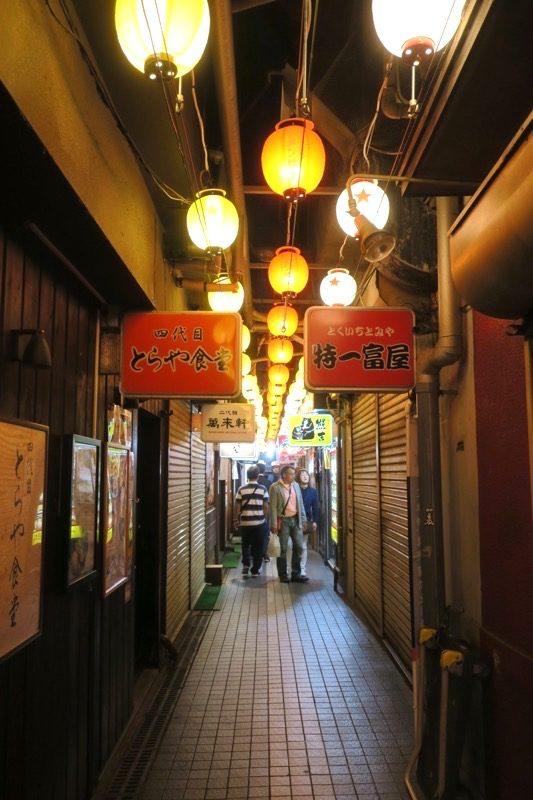 日曜の夜23時過ぎの元祖さっぽろラーメン横丁は営業していないお店も多かった。