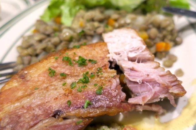 提供時間あっという間の豚肉のコンフィは、お肉が柔らか!