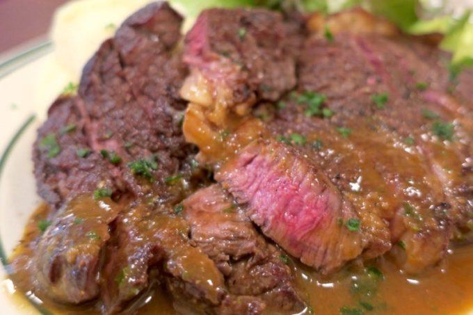 ビストログロングロン)」の牛肉のステーキは、ミディアムレアの焼き加減でほんのりソースがウマい。