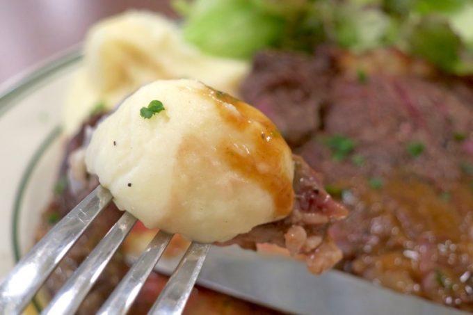 ビストログロングロン)」のランチ、牛肉のステーキに添えられたマッシュポテトもなめらかでおいしい。