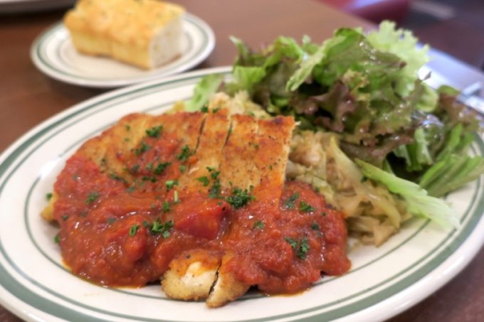 那覇・久茂地「Bistro Groin Groin(ビストログロングロン)」のランチ、鶏むね肉のパン粉焼き トマトソース(1000円)