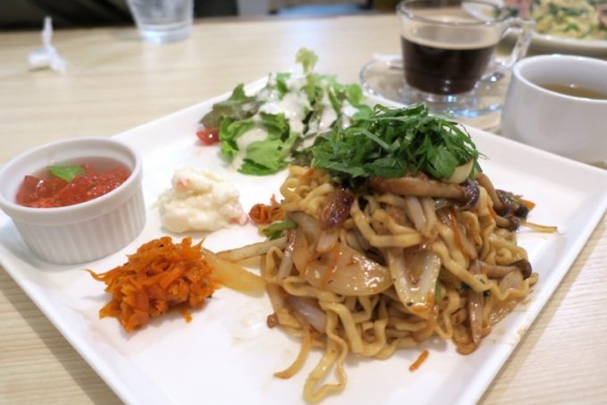那覇・久茂地のごはんどころ「Chim×Chim(チムチム)」で食べた、野菜たっぷり和風そばパスタ(980円)