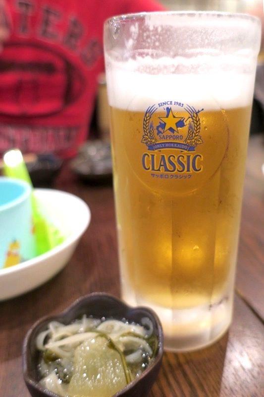 札幌・すすきの「函館 開陽亭 どさんこ家」のたる生ビールはサッポロクラシック(570円)