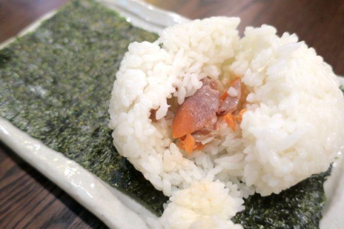札幌・すすきの「函館 開陽亭 どさんこ家」おにぎり(しゃけ、240円)