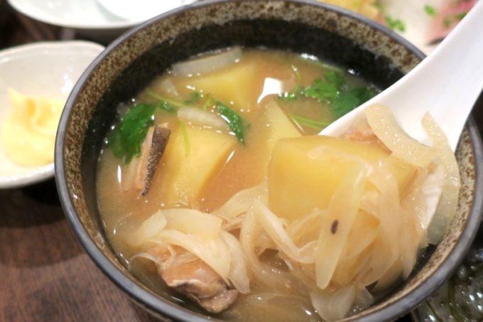札幌・すすきの「函館 開陽亭 どさんこ家」地魚あら汁(360円)