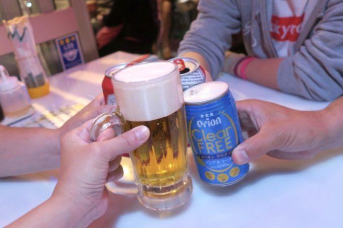 那覇・松尾「餃子の店 華」のせんべろは、ドリンク1〜2杯が楽しめる。
