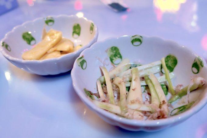 那覇・松尾「餃子の店 華」のおつまみは、この日はメンマと島らきょうだった。