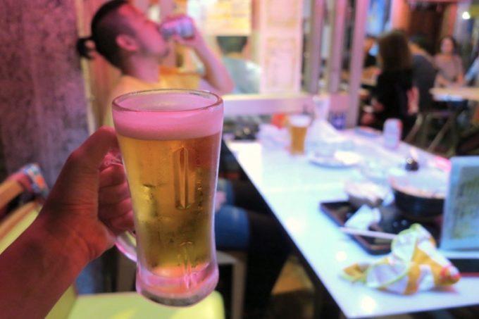 那覇・松尾「餃子の店 華」の外で子守りしながらビールを飲む。