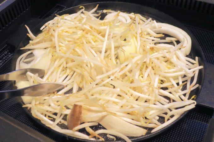大量のもやしやタマネギなどをジンギスカン鍋に乗せる。