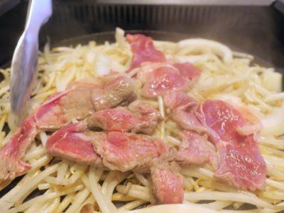 野菜の上にジンギスカンのお肉を乗せて蒸し焼きにする。