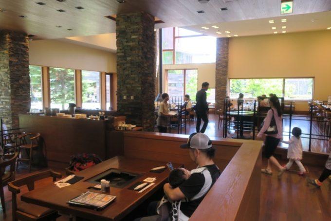 札幌・サッポロビール園「ガーデングリル」の店内。