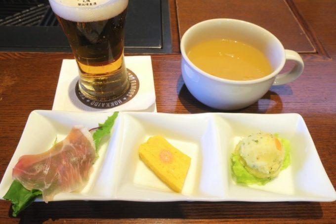 札幌・サッポロビール園「ガーデングリル」ジンギスカンランチ(1500円)の前菜とスープ。