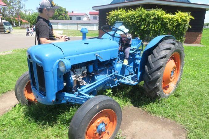 札幌「八紘学園 農産物直売所」にあった青いトラクター。