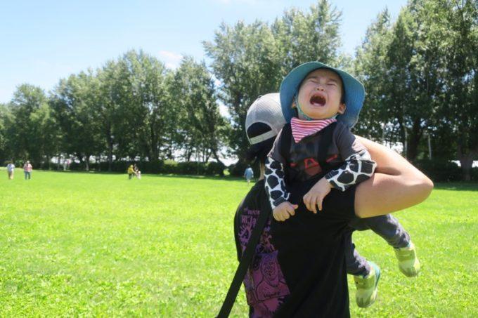 札幌「八紘学園 農産物直売所」の青いトラクターに乗りたくて泣き叫ぶお子サマー。