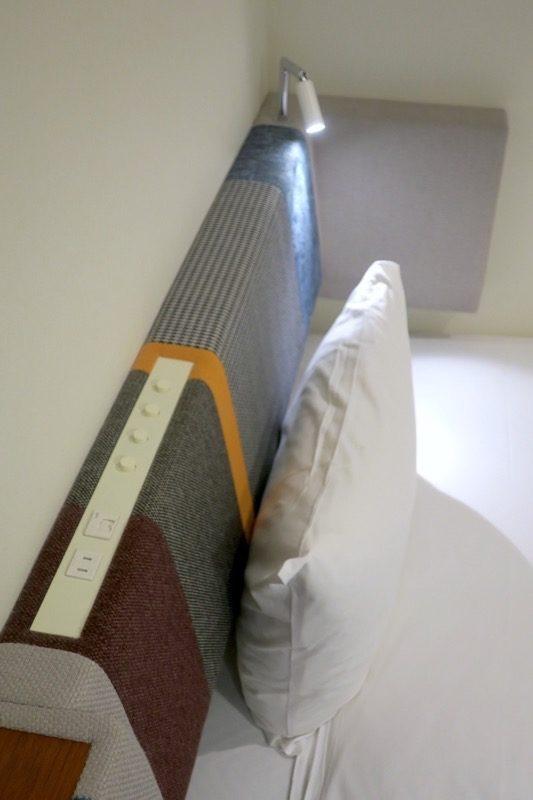 「ホテルエディット横濱」のベッド周りにあるコンセント。