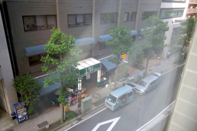 客室の窓の外には、横浜ビール!