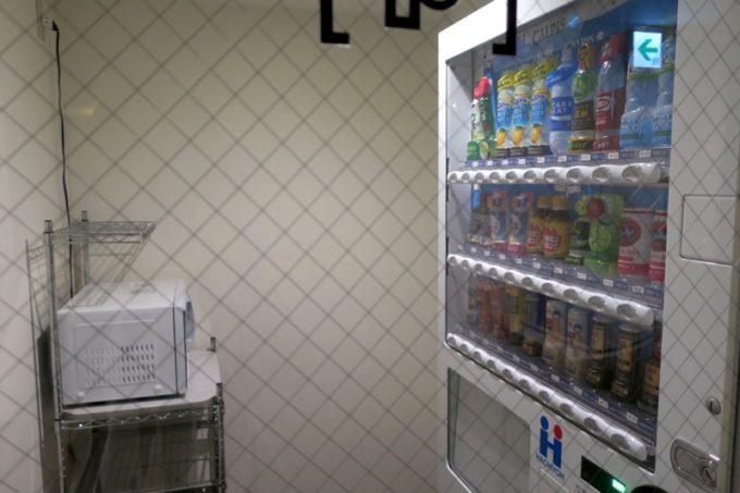 「ホテルエディット横濱」の館内にある電子レンジと自動販売機。