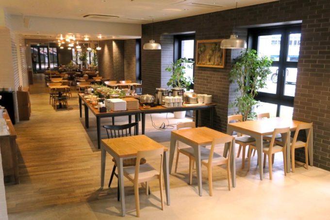 「ホテルエディット横濱」1階にあるラグーアンドウイスキーハウスが朝食会場。