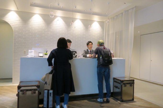 「ホテルエディット横濱」のフロント。