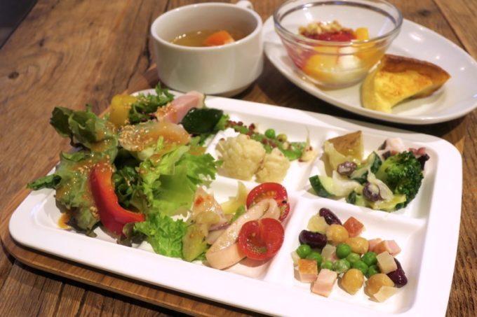 「ホテルエディット横濱」の野菜たっぷりな朝食をいただく。