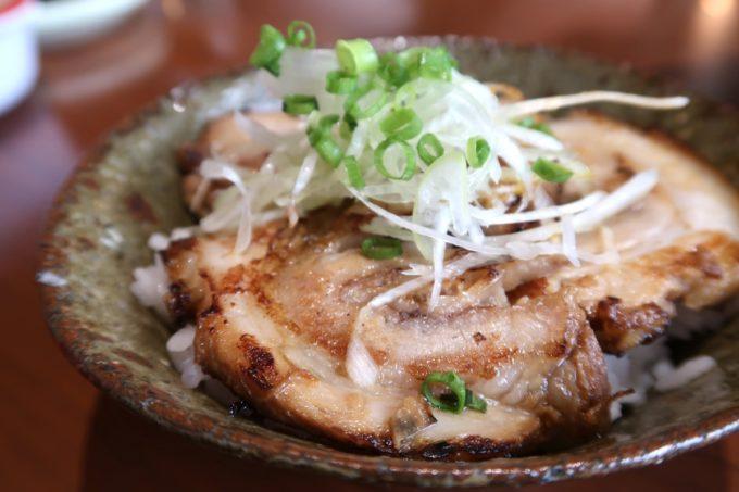 西原町「支那そば かでかる」煮豚ごはん(320円)
